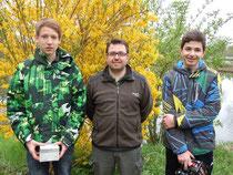 (v.l. nach r.) 1. Sieger Bastian Meichelböck, BFV Erding, Jugendwart Mathias Perl, 2.Sieger Josef Höschl, Fischereiverein Finsing