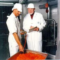 Dr. Edler bei der Arbeit: Messen der Fleischtemperatur