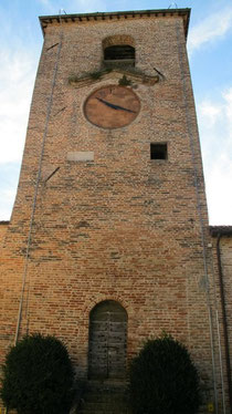 Amandola, Piazza Alta: The small, white square just under the clock face is where the words are carved.