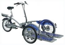 Rollstuhl transportieren mit einem Dreirad