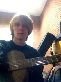 Jannis Riebschläger mit Gitarre