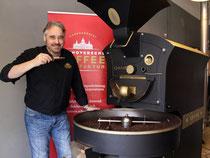 """Einen guten Riecher beweist Röstmeister Andreas Berndt jeden Tag bei der Röstung seiner Kaffees. Bereits zum zweiten Mal wurde sein Kaffee als """"Kulinarischer Botschafter"""" ausgezeichnet."""
