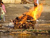 Cremazione in riva al Gange