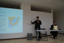講演中の高麗宮司と新井教授