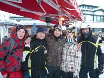 Prof. Brandfellner und Snowboardlehrer Georg Yesin mit Schüler/innen des Bernoulligymnasiums