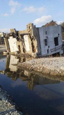 南三陸町の転倒したRC造の建物