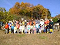 11月24日に実施した目録の贈呈式。木の伐採や皮むきも行われため、多くの子どもが「大人ってすごい」と思ったそうです。