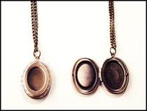 kleines bronzefarbenes ovales Medaillon