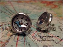 Silberfarbene Ohrstecker mit Kompass