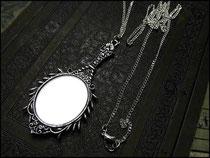 Silberner Spiegel im Vintagestil an versilberter Kette
