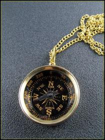 Kompass mit Winkelmaß aus Messing an der Goldkette