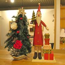 クリスマスオブジェの横にプリザーブドツリー