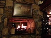 Gemütliches Feuer in der Bar