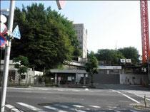 東京 港区 鍼灸 坂を上ると慶応大学工事中
