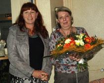 Heimleiterin Anja Wedtgrube bedankte sich mit Blumen bei der Referentin