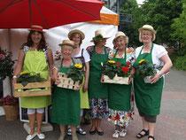 """Anja Wedtgrube (li) mit den Betreuerinnen: ,,Wir sind die Wochenmarktfrauen und haben viel zu tun."""""""