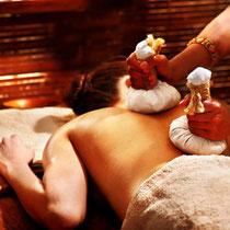 Massage mit warmen Gaze-Säckchen | Pinda-Sveda