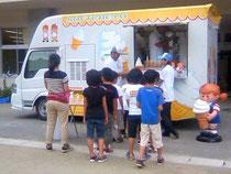 気仙沼:小学生に混じって一人アイスを買う...