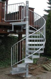 Stahl Spindeltreppe - Stufen aus Gitterosten - Geländerfüllung senkrechte Stäbe - Komplette Anlage verzinkt