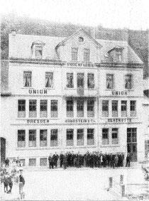 Das 1899 erbaute Fabrikgebäude. Davor die Belegschaft der Firma