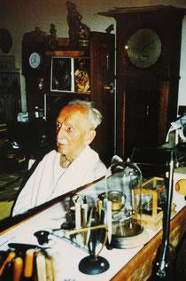 Gustaf Gerstenberger an seinem Arbeitsplatz vermutlich 1980/81