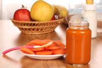 Frisches Obst & Gemüse neben Babybrei im Glas