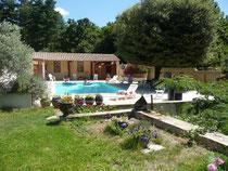 La piscine  et le pool-house vu du boulodrome