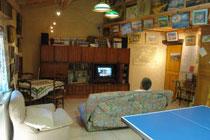 """La """"grande salle"""" dans sa version """"ping-pong"""" et """"canapé-télé"""""""