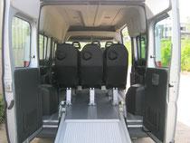 Transport de personnes à mobilité réduite avec rampe d'accès