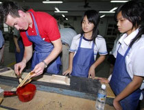 Schüler aus Deutschland und Taiwan bei gemeinsamer Holzbearbeitung