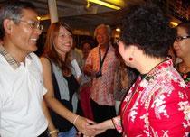 Schulleiter Chang (Chiatung) mit Praktikantin Ina Geisler aus Harburg