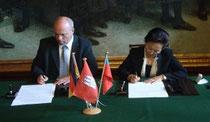 Unterzeichnung des Freundschaftsvertrages durch die Präsidenten  Herrn Dr. Boesken (l.) und Frau Prof. Han