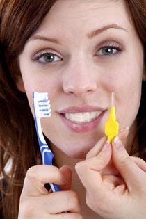 Die Reinigung der Zahnzwischenräumen mit Zahnzwischenraumbürstchen ( © Knut Wiarda - fotolia.com )