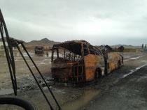 An diesem ausgebrannten Bus fahren wir vorbei. Strecke Quetta-Dalbandin