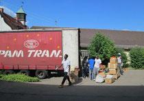 Ein LKW für eine Hilfslieferung nach Polen wird beladen