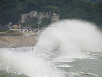 台風の片男波