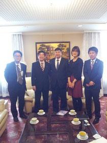 応接室で記念撮影 左から外務省川上さん、フォン一等書記官、フン大使、ホアン秘書官、琉球大学の医学生畑遼平