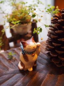招き猫と小さな猫たち
