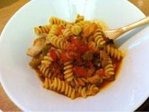 鶏肉のパプリカ煮込みにトマトを加えてパスタにからめら、おいしい!