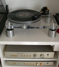 Elegant display for elegant products... One of the two turntables above the FM 255 and the FM 222