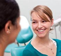 Regelmäßige Professionelle Zahnreinigung erhält die Zähne länger hell