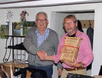 Während der Feier zum 25-jährigen Bestehen des NABU Morsbach überreichte der Vorsitzende des NABU Waldbröl, Klaus Unger, seinem Morsbacher Kollegen Klaus Jung ein Insektenhotel.  (C.Bu)
