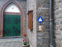 die montierte Plakette hängt im Eingangsbereich der Kirche in Denklingen