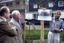 Der NABU Morsbach pflanzte zur 1100-Jahr-Feier Morsbachs zusammen mit Bürgermeister Heinz Schlechtingen (l.) und Gemeindedirektor Horst Jütte einen Bergahorn hinter dem Rathaus. Vorsitzender Klaus Jung (r.) überreichte den Gemeindevertretern dabei ein his