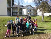 """Mit Unterstützung von Bürgermeister Jörg Bukowski pflanzte die NAJU-Kindergruppe im Morsbacher Kurpark den """"Baum des Jahres 2013"""", einen Wildapfel. Foto: Privat"""