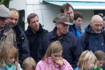 Junge und alte NABU-Mitglieder an der Lachs-Zählstation