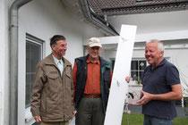 Übergabe der Plakette v.l.nr. Stefan Heitmann, Joachim Tiedt, AK Vogelschutz, Herr Ospelkaus, Hausbesitzer