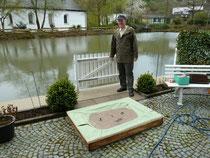 Joachim Tiedt mit dem Lehmfloß