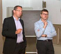 Guido Wendeler (links) und Thomas Willmer von der Energiegenossenschaft Bergisches Land stellen sich der Diskussion