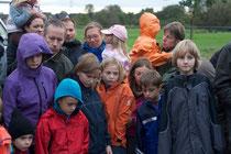 """Die NABU-Kindergruppe """"Die Wilden Wiesel"""" besucht die Lachsstation"""